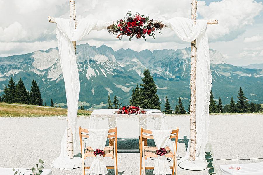 """Hochzeit auf der Tanzbodenalm. Bei uns ist rund um den """"Schönsten Tag des Lebens"""" unglaublich viel möglich."""